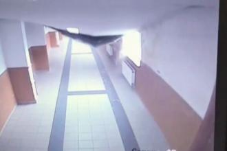 Tavanul unei scoli din Bucuresti s-a prabusit ca la cutremur. Camerele au surprins momentul: