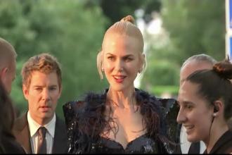 Vedetele invitate la festivalul de la Cannes si-au dat intalnire la traditionala gala amfAR. Suma stransa la licitatie