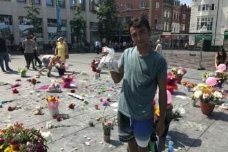Un roman doarme in strada la Liverpool pentru a pazi lumanarile si florile depuse in memoria victimelor de la Manchester