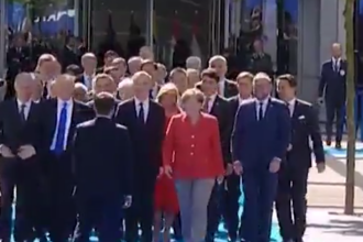 Moment controversat la summitul NATO de la Bruxelles. Ce a facut presedintele Frantei in fata lui Trump. VIDEO