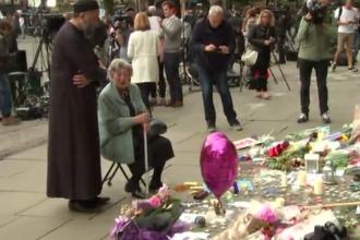 Un musulman si o evreica plang impreuna mortii din Manchester. Povestea din spatele imaginilor vazute ca simbol al sperantei