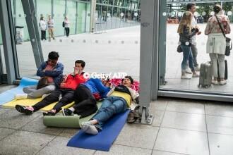 Imaginile cu pasagerii care dorm pe jos in aeroporturi s-au viralizat. British Airways, daune de 150 de milioane de lire