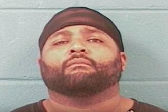 Scos din minti, un american si-a luat arma si a ucis 8 oameni, inclusiv un politist: