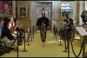 Prezentare de moda excentrica organizata de Gucci. Printre vedete, Elton John, Jared Leto si Kirsten Dunst