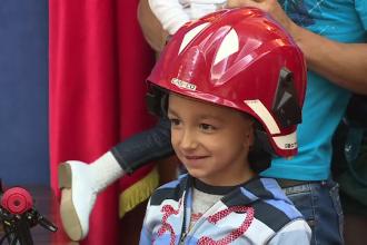 Emanuel, copilul de 7 ani care si-a salvat surorile dintr-un incendiu, a primit titlul de erou si o bicicleta cadou