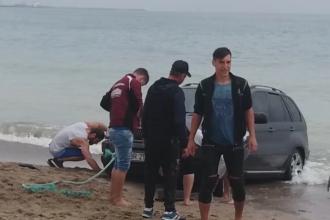 Un șofer a rămas cu mașina blocată pe plaja din Vama Veche. VIDEO
