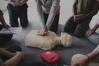 Un bărbat care participa la un curs de prim ajutor a făcut infarct chiar în timpul demonstrației