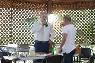 Bărbatul care a pierdut pariul cu Dragnea s-a prezentat la sediul PSD cu o navetă de bere