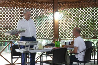 Bărbatul care a pierdut pariul pe bere cu Dragnea a plecat din țară. Ce poză a pus pe Facebook