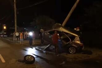 Accident spectaculos la Piteşti. O maşină s-a încolăcit pe un stâlp de electricitate. VIDEO