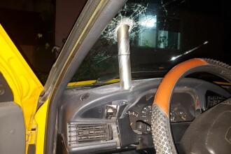 Maşină distrusă de un cilindru misterios din metal, în Craiova. Oamenii cred că e o armă