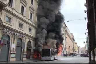 Două autobuze au luat foc în mers, la Roma