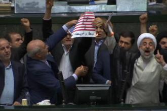 Parlamentarii iranieni, furioși pe Trump. Momentul în care incendiază steagul american în Parlament. VIDEO