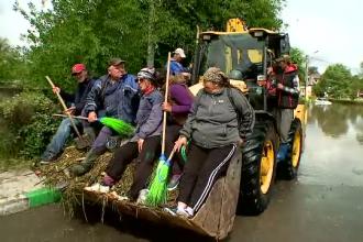 Inundații în Constanța. Muncitori trimiși să împingă apa cu mătura