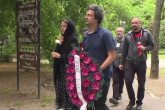 Protest cu flori și lumânări la CNCD, după amendarea președintelui Iohannis