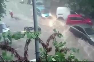Furtună puternică în Grecia. Mașini luate de ape și oameni în pericol