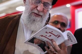 Liderul suprem iranian, fotografiat citind controversata carte despre Trump