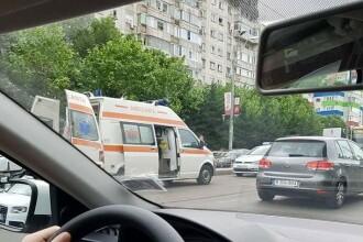 Accident grav în Capitală. Femeie cu picioarele secţionate de tramvai