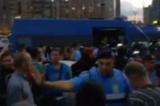 """Incidente în Piața Victoriei. Câțiva protestatari au intrat în conflict cu jandarmii: """"Sclavii!"""""""