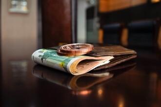 Portofel cu 2.850 de euro, găsit de două fete de 12 ani din Timiș. Ce au făcut cu el
