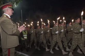 Defilare impresionantă la Buzău. Sute de militari au făcut paradă cu torțe de Ziua Eroilor
