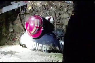 Momentul în care trei căței sunt salvați de pompieri dintr-un canal
