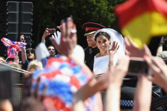 Nunta regală. Harry și Meghan au străbătut localitatea Windsor în caleașcă și au salutat mulțimea numeroasă