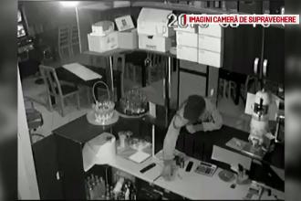 Hoț, surprins de camerele de supraveghere când fură un telefon dintr-un bar