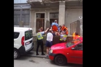Pacient cu infarct, scos peste gard din cauza unei mașini care a blocat accesul ambulanței. VIDEO