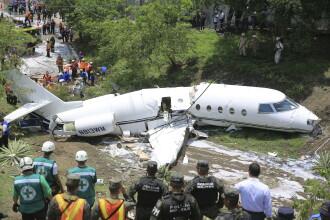 Un avion s-a rupt în două, după ce a ratat aterizarea pe un aeroport din Honduras