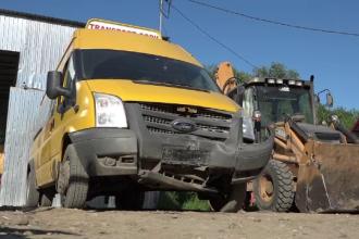 Microbuz școlar din Vaslui, care transporta opt elevi, izbit de mașina directoarei