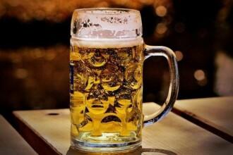 Mâncarea cu grăsime şi o bere, combinaţia fatală pentru ficat. Cum riscăm să facem ciroza hepatică