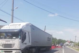 Drum național plin cu sticle de bere, după ce un camion și-a pierdut încărcătura. FOTO