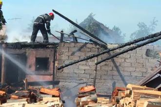 Incendiu violent la o fermă de porci din Bistriţa Năsăud pornit de la o afumătoare