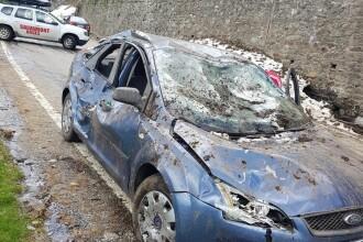 Două mașini, surprinse de o avalanșă pe Transfăgărășan. O persoană, rănită