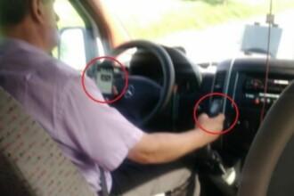 Un șofer de microbuz, filmat cu două telefoane în mâini, la volan. VIDEO