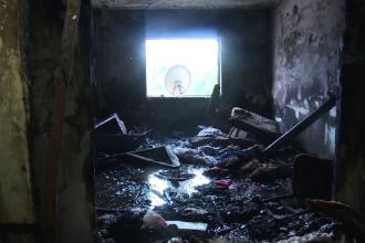 Incendiu într-un bloc social din Fieni. Zeci de oameni sărmani au rămas pe drumuri