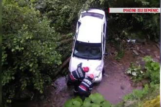 O mașină cu 6 pasageri s-a prăbușit în râu, la Reșița, din cauza vitezei. Șoferul nu are permis