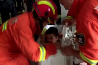 Copil de 4 ani rămas blocat într-o mașină de spălat, salvat de pompieri