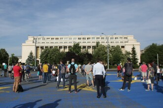 A doua zi de proteste, de la decizia CCR. 200 de persoane s-au adunat în Piața Victoriei