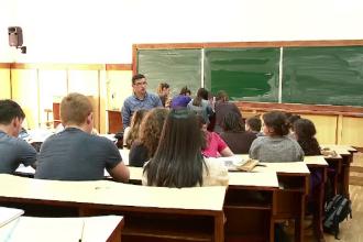 Elevii și studenții lansează avertismente cu privire la noul program de creditare