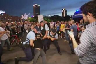 2.000 de oameni au protestat în Piața Victoriei. Incidente cu jandarmii, după ce au vrut să intre în curtea Guvernului. VIDEO