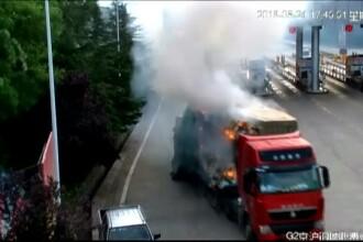 Un camion încărcat cu marfă a luat foc pe o autostradă din China