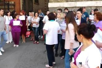 Zeci de tehnicieni și moaşe au protestat în fața Spitalului Judeţean de Urgenţă Cluj