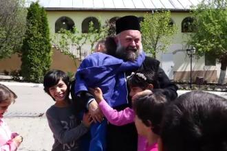 Mănăstirea Dumbrava din Alba înseamnă acasă pentru 130 de copii orfani. Povestea preotului Vasile