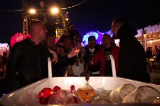 """Momentul în care băutura e adusă cu roaba într-un club din Mamaia: """"Noi suntem aici pe mese"""""""