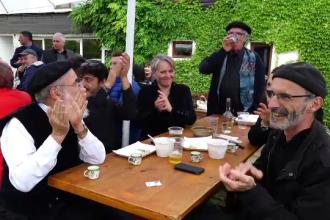 Reacţia unor francezi invitaţi la 1 Mai cu mici, bere şi muzică populară.