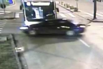 Momentul în care o mașină e lovită de un autobuz, la Timișoara. Ce s-a întâmplat