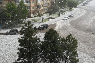 Furtună violentă cu grindină, la Dorohoi. Orașul arăta ca în mijlocul iernii. VIDEO