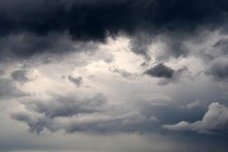 Vreme caldă, dar instabilă, cu vijelii. Indicele temperatură-umezeală trece vineri de pragul critic